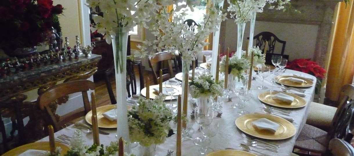 Awesome-Christmas-Dining-Table-Decorations-With-decoration-ideas-luxury-white-floral-tablecloth-with-awesome-gold-plates-also-beautiful-christmas-dinner-table-decorations-fantastic-christmas-dinner-table-decorations-this-year.jpg